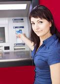 Kobieta wypłacanie pieniędzy z karty kredytowej w bankomacie — Zdjęcie stockowe