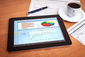 Mesa com tablet digital. pesquisa de marketing. — Foto Stock