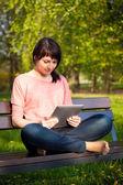 Vrouw met behulp van Tablet Pc buiten — Stockfoto