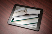 Tablet met boek — Stockfoto