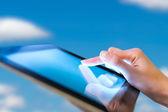 женщина, держащая цифровой планшет, крупным планом — Стоковое фото