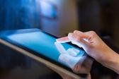 Man holding digital tablet, closeup — Stock Photo