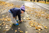 在秋天公园男孩 — 图库照片