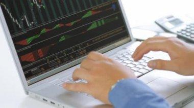 Geschäftsmann auf laptop-computer am schreibtisch arbeiten — Stockvideo