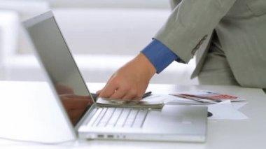 Empresario usando calculadora en un frente del ordenador portátil — Vídeo de Stock