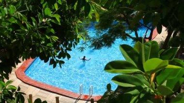 女孩在游泳池玩 — 图库视频影像