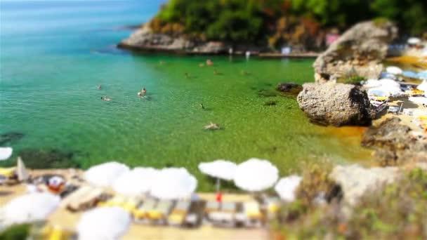 A view of a rocky beach from a high angle. Tilt shift effect — Vidéo
