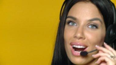 Mooie jonge zakenvrouw draagt hoofdtelefoon — Stockvideo