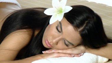 Mujer joven hermosa y relajada tomando tratamiento de spa — Vídeo de Stock