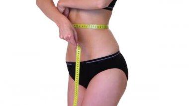 Parte do corpo de uma mulher de ajuste com a fita métrica — Vídeo Stock