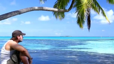 Handsome man resting near water at Maldives — Stock Video