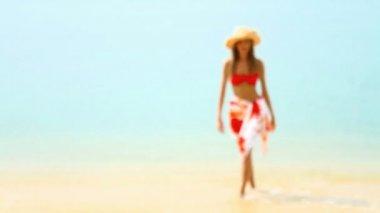Mujer caminando en la playa tropical sol — Vídeo de Stock