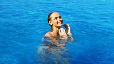 Woman having fun in swimming pool — Stock Video
