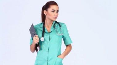 Bella femmina medico su sfondo bianco — Video Stock