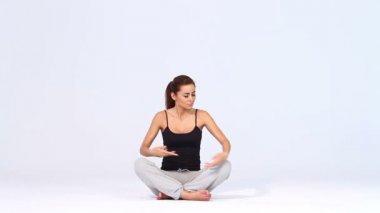 Sportowy kobieta robi joga na białym tle — Wideo stockowe