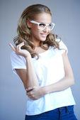Retrato de una muchacha joven hermosa con gafas blancos elegantes — Foto de Stock