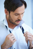 Man putting on his tie — Stock Photo