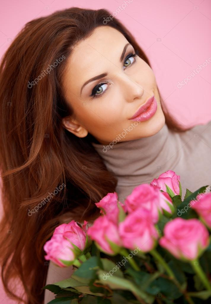Beautiful smiling woman with a large bouquet of pink roses for a Valentine or anniversary gift — Stock Photo #18991855
