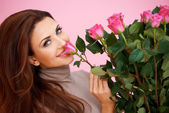 Belle femme, sentant une rose — Photo