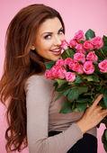 Skrattar romantisk kvinna med rosor — Stockfoto