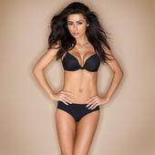Mooie rondborstige brunette in zwarte lingerie — Stockfoto