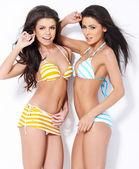 Due belle ragazze in posa in costume da bagno — Foto Stock