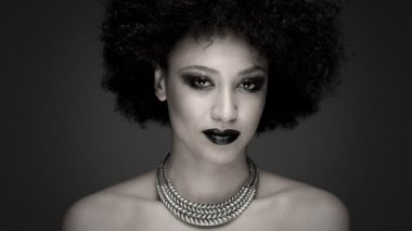 Exotic woman with afro hair — Stock Video