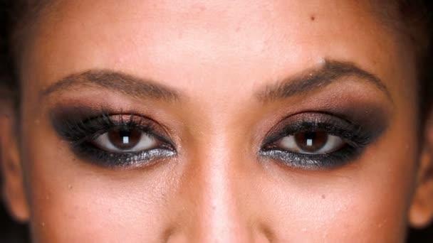 Sexy ojos marrones — Vídeo de stock