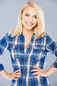 Lächelnd überzeugt junge blonde frau — Stockfoto