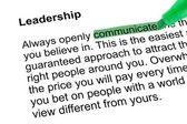 выделенное слово общаться с зеленым пером — Стоковое фото