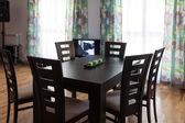 Vardagsrum med bord, stolar och windows, tv — Stockfoto