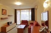 Design de interiores: sala moderna pequeno hotel com tv — Fotografia Stock