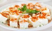 оригинальный болгарский сыр на тарелку с петрушкой и красный горячий pe — Стоковое фото
