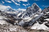 Montagnes ama dablam, cholatse, pic de tabuche à l'esprit du ciel bleu — Photo