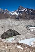 美丽的山风景与冰川在阳光灿烂的日子。希马 — 图库照片