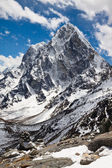 Himalayan mountains Cholatse and Tabuche Peak on a sunny day. Ne — Stock Photo