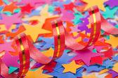 色とりどりの紙吹雪星およびストリーマ — ストック写真