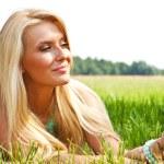 Frau entspannen im freien suchen, glücklich und lächelnd — Stockfoto