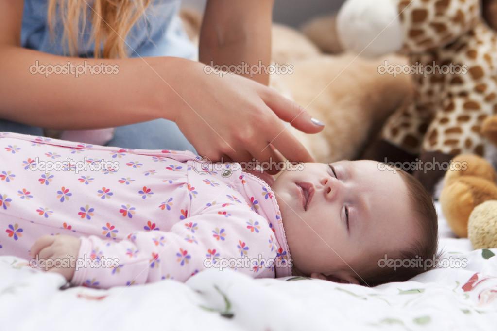 可爱的小宝贝女孩地上玩和微笑