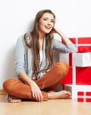 Vrouw staand in kerstmis stijl met rode, witte vak gift — Stockfoto