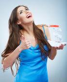 Mladá žena v modrých šatech večer podržte dokument white paper loď — Stock fotografie