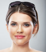 Smiling beautiful woman close up face portrait, sun glass. — Stock Photo