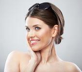 Smiling beautiful woman close up face portrait, sun glass. — Stock Photo