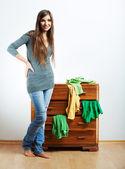 Mujer joven en casa — Foto de Stock