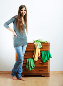Jonge vrouw thuis — Stockfoto