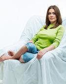 Mulher relaxante no sofá — Fotografia Stock