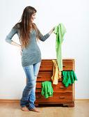 Giovane donna con vestiti in casa — Foto Stock