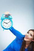 Orologio azienda giovane donna — Foto Stock