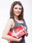 бизнес женщина, держащая подарочной коробке — Стоковое фото