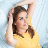 Mujer relajante en casa — Foto de Stock